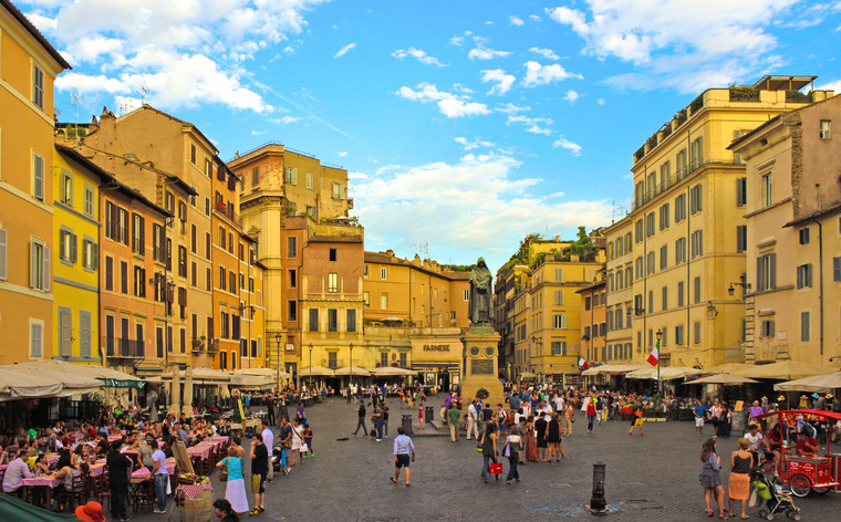 Try local food and pick up souvenirs at Campo de' Fiori